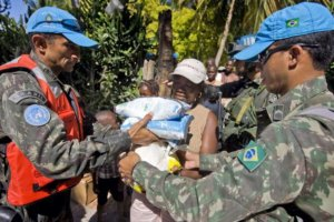 MINUSTAH Peacekeepers Distribute Food Rations. Photo: UN Photo/Marco Dormino